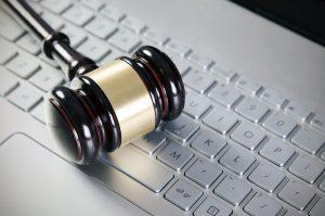 Marteau de juge sur un clavier d'ordinateur